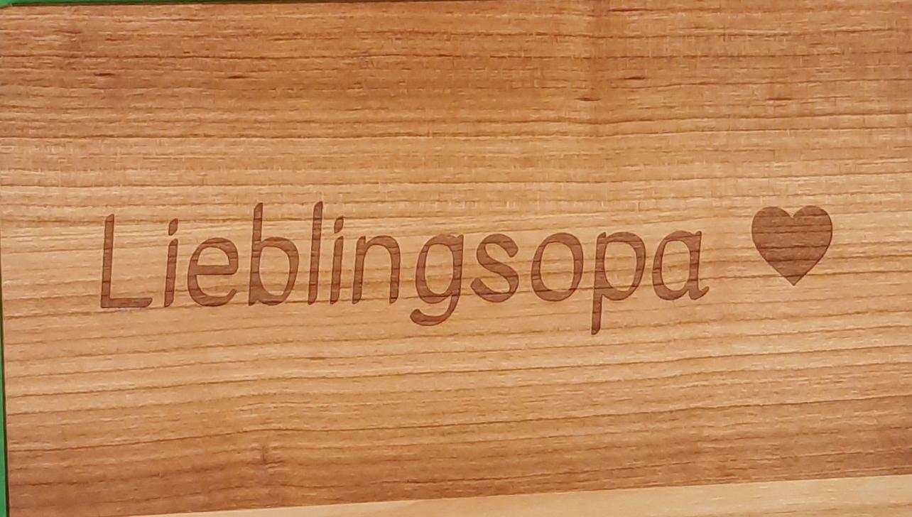 Kinderzeichnung gravieren auf Premium-Holzbrett