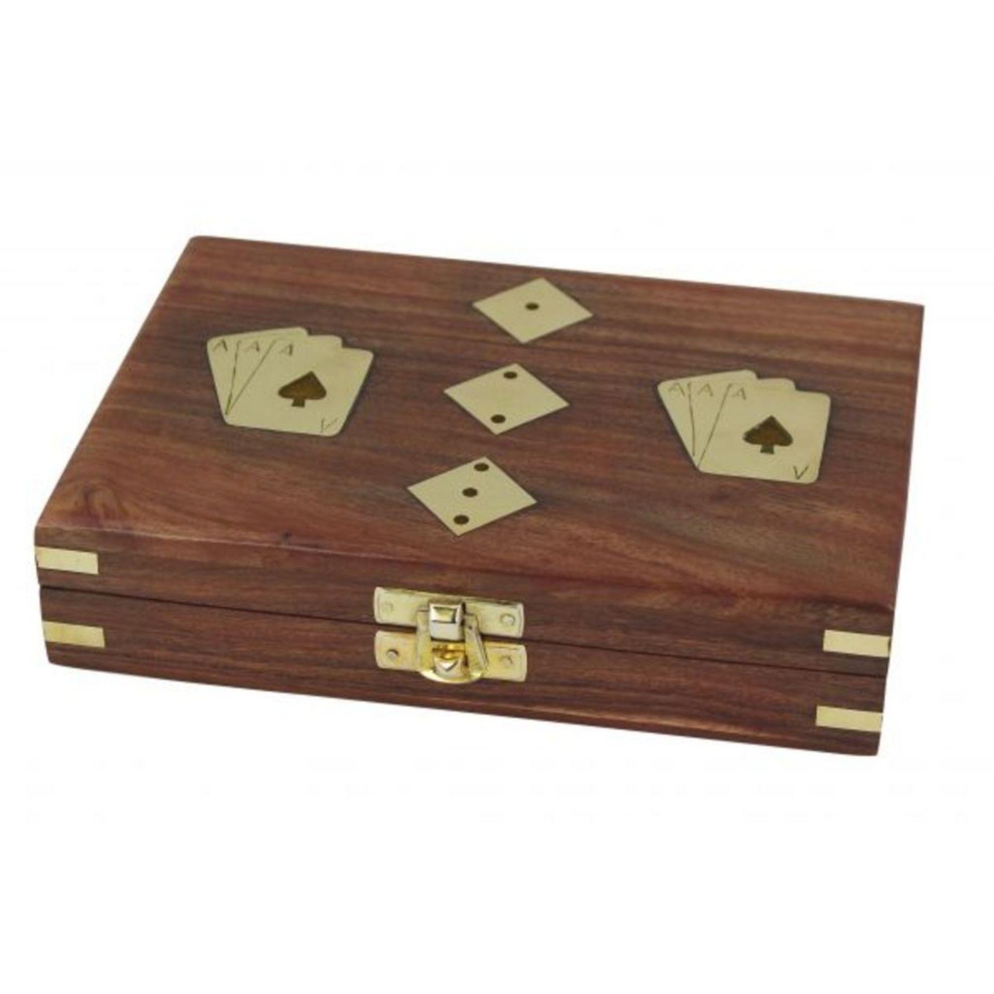 Spielbox aus Holz mit Karten und Würfel